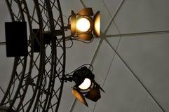 Professioneel verlichtingsmateriaal dichtbij plafond van theaterstadium Stock Foto