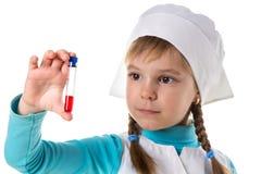 Professioneel verpleegstersmeisje met rode die reactief in reageerbuis, op witte achtergrond wordt geïsoleerd Sluit omhoog stock afbeeldingen