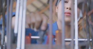Professioneel vrouwen mechanisch binnengaand kader en het zoeken van hulpmiddelen naar reparatie in de autodienst stock footage