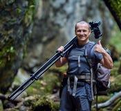 Professionele aardfotograaf met camera op driepoot royalty-vrije stock foto's
