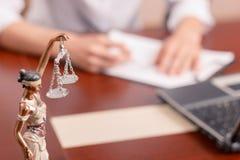 Professionele advocaat die documenten ondertekenen stock fotografie