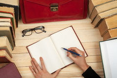 Professionele advocaatzitting bij de lijst en het ondertekenen van documenten Volg wet Stock Foto