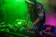 professionele Afrikaanse Amerikaanse club DJ in hoofdtelefoons met correcte mixer stock foto's