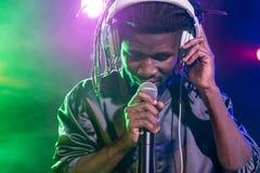 professionele Afrikaanse Amerikaanse club DJ in hoofdtelefoons met microfoon royalty-vrije stock afbeeldingen