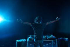 professionele Afrikaanse Amerikaanse club DJ met correcte mixer royalty-vrije stock fotografie