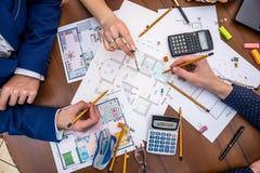 Professionele architecten die het huisproject bespreken stock fotografie