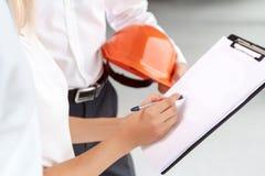 Professionele architecten die project bespreken stock afbeeldingen