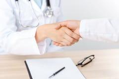 Professionele arts het schudden handen Royalty-vrije Stock Afbeeldingen