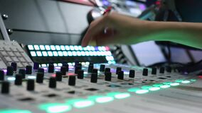 Professionele audiomixer Een kleine diepte van gebied, trillende gloeilampen Handen van het Audioingenieur werken Correcte ingeni stock footage