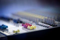 Professionele audiomixer multi-colored knopen stock foto's