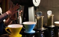 Professionele Barista Prepare Coffee royalty-vrije stock afbeeldingen