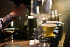 Professionele Barista Prepare Coffee royalty-vrije stock afbeelding