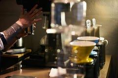 Professionele Barista Prepare Coffee royalty-vrije stock fotografie