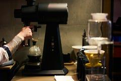 Professionele Barista Prepare Coffee stock afbeeldingen