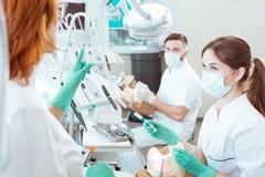 Professionele begeleiding door tandprocedures Stock Afbeeldingen