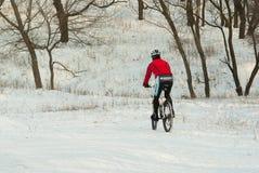 Professionele bergfietser in de winter opleiding op de lokale heuvels Stock Afbeeldingen