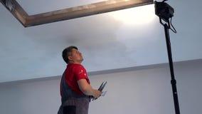 Professionele bouwer met het plafond van het troffelpleister stock videobeelden