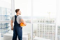 Professionele bouwingenieur die zich op de bouwwerf bevinden stock foto's