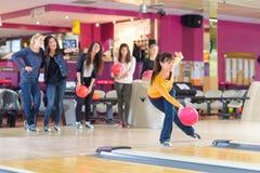 Professionele bowlingspeler in centrum stock afbeelding