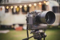 Professionele camera gezet op driepoot royalty-vrije stock foto's