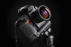 Professionele camera met brede hoeklens op driepoot Stock Foto