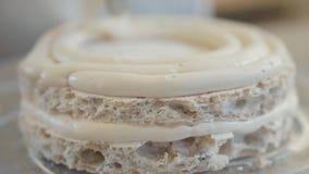 Professionele chef-kok die een cake in het close-up van de restaurantkeuken voorbereiden De kok die de hoogste cakelaag van lucht stock footage