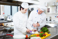 Professionele chef-koks op het werk Stock Foto's