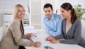 Professionele commerciële vergadering: jong paar als klanten en stock afbeeldingen