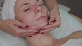 Professionele cosmetologist die gezichtsmassage in de schoonheidssalon doet stock videobeelden