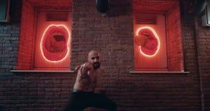 Professionele danser die zijn lichaam mooi voor de camera in de aantrekkelijke plaats met mooi ontwerp bewegen stock footage