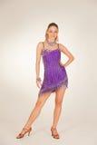 Professionele danser in violette korte kleding Royalty-vrije Stock Fotografie