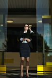 Professionele de damemanager die van het bedrijfsmensenconcept over haar baan denken Stock Foto's