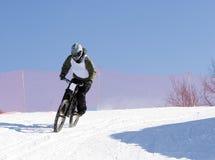 Professionele de winterfietser in bergen royalty-vrije stock afbeeldingen