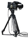 Professionele die videocamera op een driepoot wordt geplaatst over wit wordt geïsoleerd Stock Afbeeldingen
