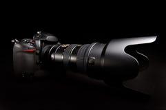 Professionele digitale fotocamera tegen zwarte achtergrond Stock Foto