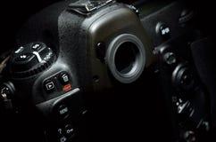 Professionele digitale fotocamera tegen zwarte achtergrond Royalty-vrije Stock Fotografie