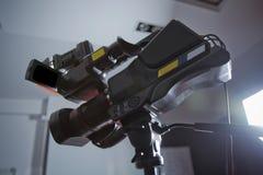 Professionele digitale Mirrorless-camera met microfoon op de video van de driepootopname Zijaanzicht van digitale videocamera Cam stock afbeeldingen