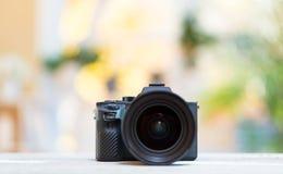 Professionele digitale SLR-camera op een heldere achtergrond royalty-vrije stock afbeelding
