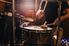 Professionele drumstelclose-up Slagwerker met trommels stock afbeelding