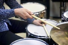 Professionele drumstelclose-up Slagwerker met trommels, levend muziekoverleg stock foto