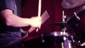 Professionele drumstelclose-up Slagwerker met trommels, levend muziekoverleg stock video