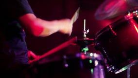Professionele drumstelclose-up Slagwerker met trommels, levend muziekoverleg stock footage