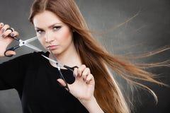 Professionele elegante vrouwelijke kapper met schaar royalty-vrije stock fotografie