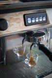 Professionele espressomachine die het sterke kijken gieten verse coffe Stock Foto