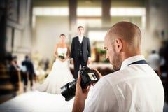 Professionele fotograaf in een huwelijk stock afbeeldingen