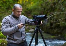 Professionele fotograaf met camera op driepoot royalty-vrije stock foto
