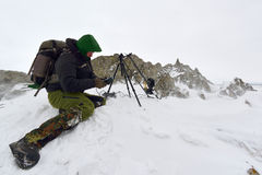 Professionele fotograaf openlucht in de winter Royalty-vrije Stock Foto