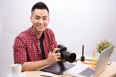 Professionele fotograaf Portret van de zekere jonge mens in sh Stock Foto
