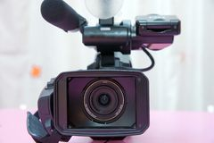 Professionele geïsoleerde videocamera Professionele volledige HD camcorder stock foto