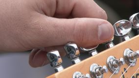 Professionele Gitarist Tuning Electric Guitar bij Studio Sluit omhoog stock footage